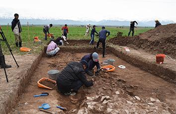 アク・ベシム遺跡の発掘