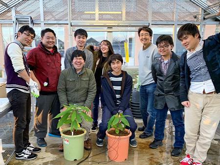 2019年度研究室生によるカカオの植え付け