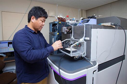 質量分析イメージングに使用するDESI-Q-TOF 質量分析装置 榎元准教授は、「帝京大学を農学分野における関東の質量分析イメージングの研究拠点にしたい」と語る