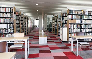 3階 書架・閲覧室の写真