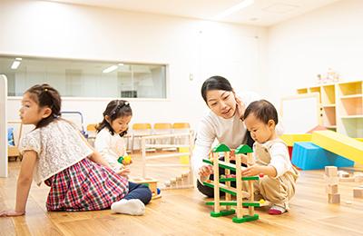 幼児の遊びに触れる学生とそれを観測し、データを収集する学生の様子02