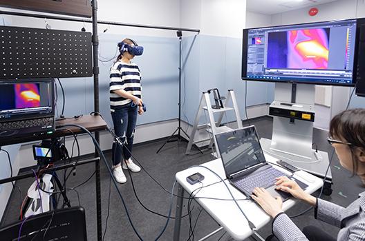 実験参加者が自由に動けるVR空間で生体情報の解析を行っているイメージ