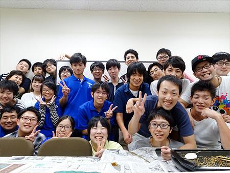 ホームカミングデーに集まった卒業生と在校生